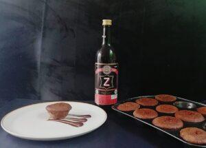 cupcakes recién hechos y al lado una votella de vino Z que era un ingrediente de la receta