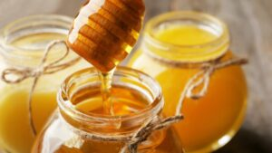 Un vazo esta siendo llenado por miel de abejas
