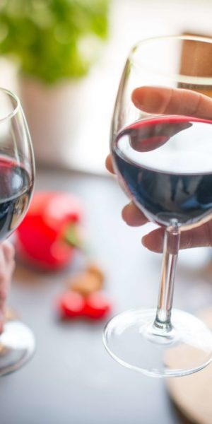 dos personas tomando una copa de vino para mejorar el sistema inmunológico