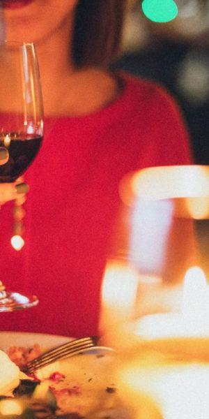Señora tomando una copa de vino para subir defensas